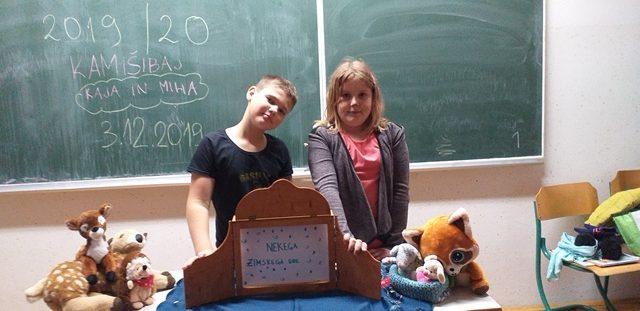 »Kamišibajkarja« Kaja Blažina in Miha Kovač navdušila otroke na podružnični šoli Adlešiči in učence 4. razredov OŠ Loka